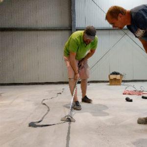 oameni repara beton